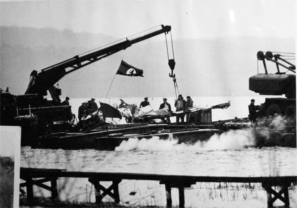 Поднятие английскими саперами останков самолета со дна озера Штёссензее (фото из архива бургомистра Западного Берлина Вилли Бранта)