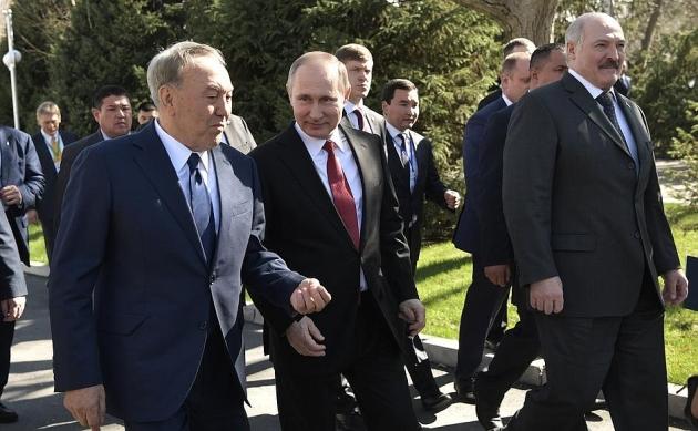 По завершении неформальной встречи глав государств – членов ОДКБ. Владимир Путин с Нурсултаном Назарбаевым и Александром Лукашенко