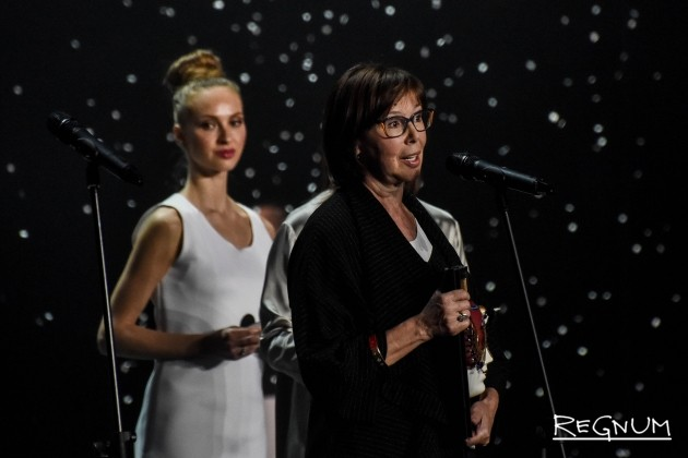 Евгения Симонова получает премию «Золотая маска» за лучшую женскую роль в спектакле «Русский роман»