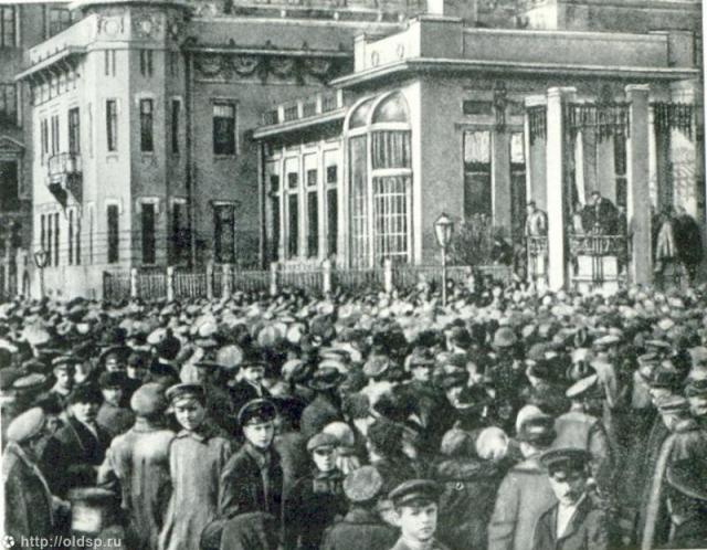 Митинг у дворца Кшесинской