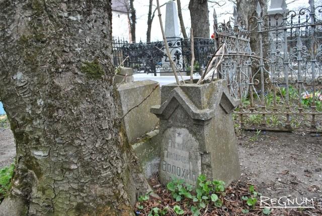 Разрушенный памятник ветерана войны