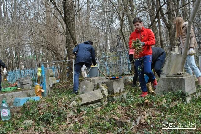 Акция «Чистая память» на Даниловском кладбище