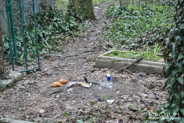 Ритуалы сектантов на могилах кладбища