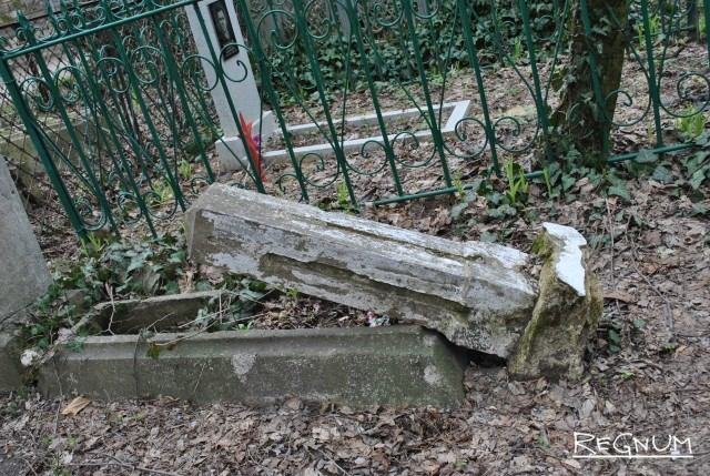 Разрушенный памятник на Даниловском кладбище