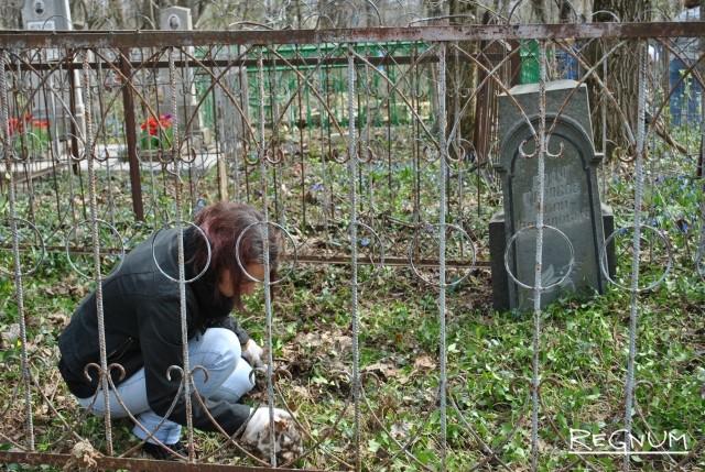 Участница акции «Чистая память» на Даниловском кладбище