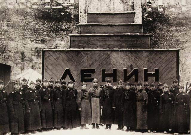 У временного мавзолея В.И. Ленина. 1924