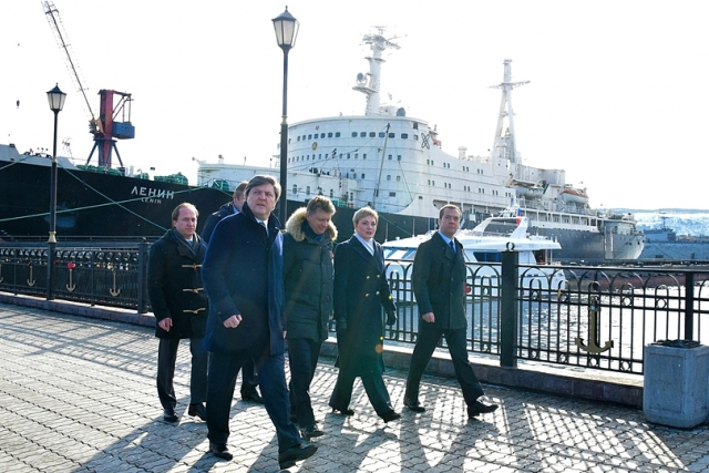Поездка Дмитрия Медведева в Мурманск. Во время осмотра акватории порта и инфраструктурных объектов Мурманского транспортного узла