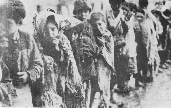 Армянские сироты в снегу ждут очереди для принятия в приют. Фото А. Вегнера