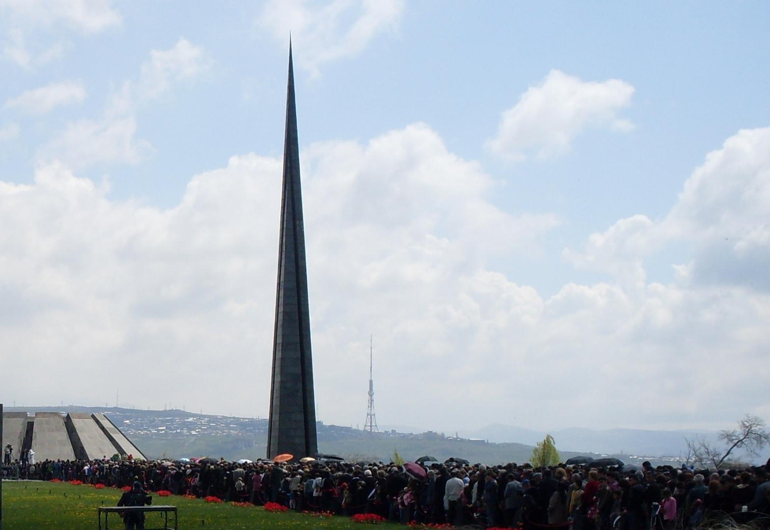 Традиционное шествие к мемориальному комплексу Геноцида армян в Ереване 24 апреля (2009 год)
