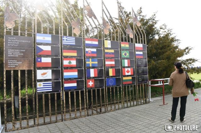 Флаги стран, признавших Геноцид армян, в мемориальном комплексе Цицернакаберд в Ереване