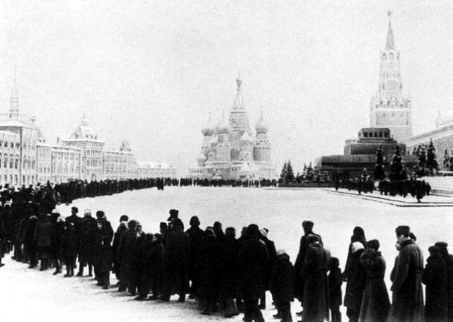 Советский народ стоит в очереди, чтобы почтить память основателя СССР (1935 г)