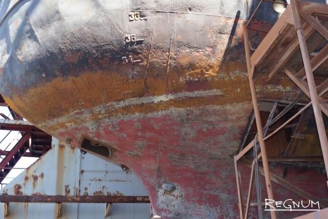 Так выглядит судно после подъема в док