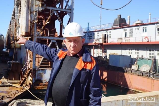 Александр Фомин уже 40 лет он ремонтирует корабли. Сейчас в доке стоят три рыболовецких судна