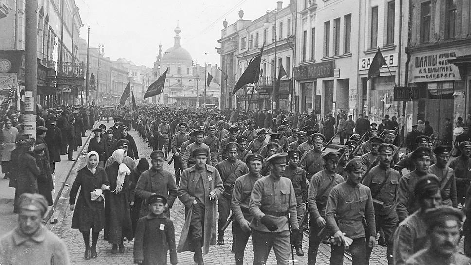 1 Мая 1917 года — впервые в России праздник отмечается свободно. В демонстрации наряду с рабочими принимают участие солдаты