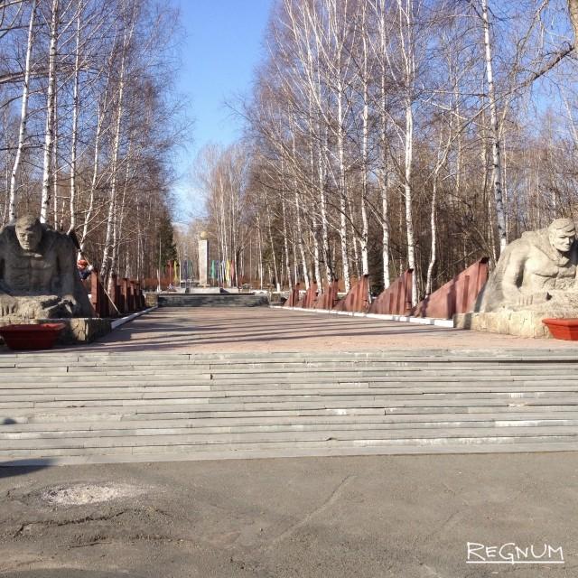 Мемориал находится посреди сквера возле завода «Динур». При входе на аллею — скульптуры солдат