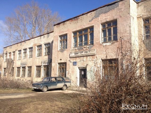 В этом здании давным-давно размещалась школа номер 10. А в годы войны здесь был госпиталь. Теперь здание формально относится к школе-интернату, а фактически — заброшено. Даже мемориальной таблички нет