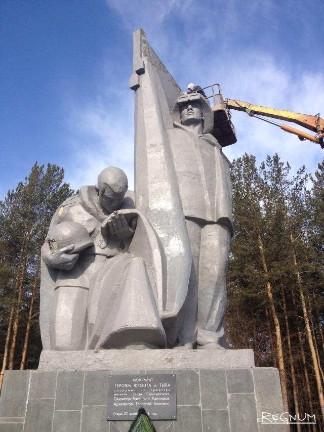 Монумент героям фронта и тыла в апреле. Выглядит не очень. Но работы уже ведутся
