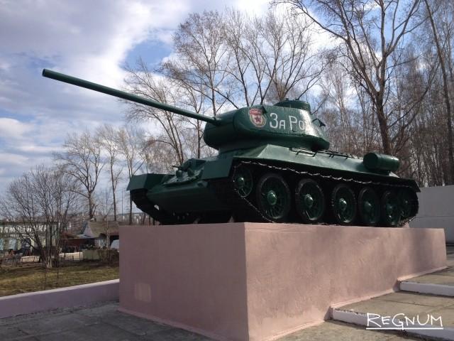 А на самом краю Мемориала Славы находится легендарный танк — Т-34