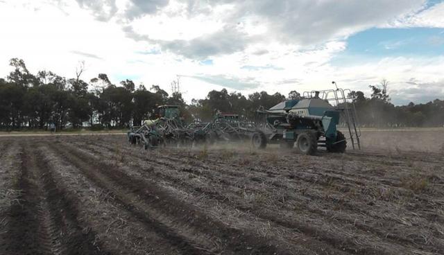 Рис. 6. Внесение минеральных удобрений посевным комплексом по постоянной технологической колее. Австралия, штат Квинсленд