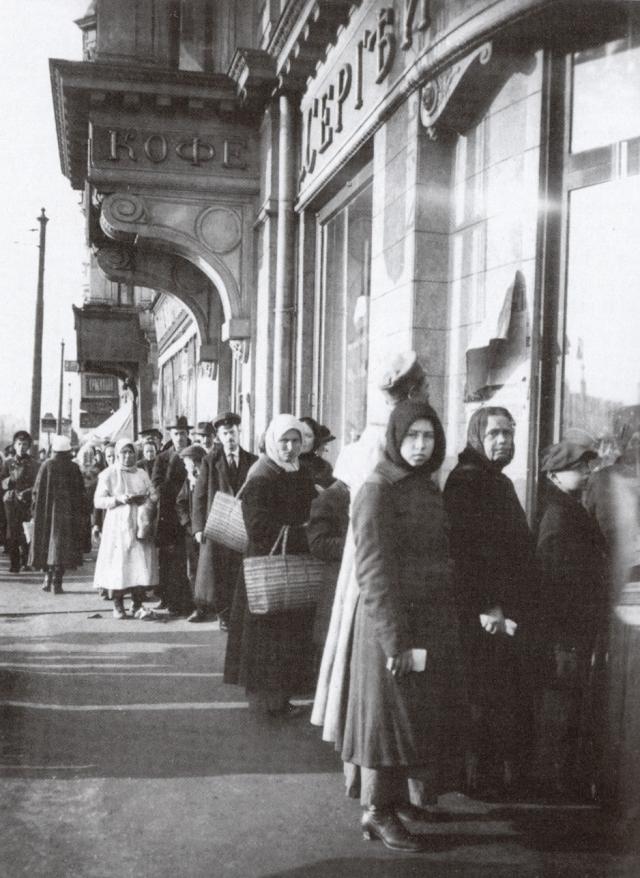 Москва, очередь за хлебом на Тверской