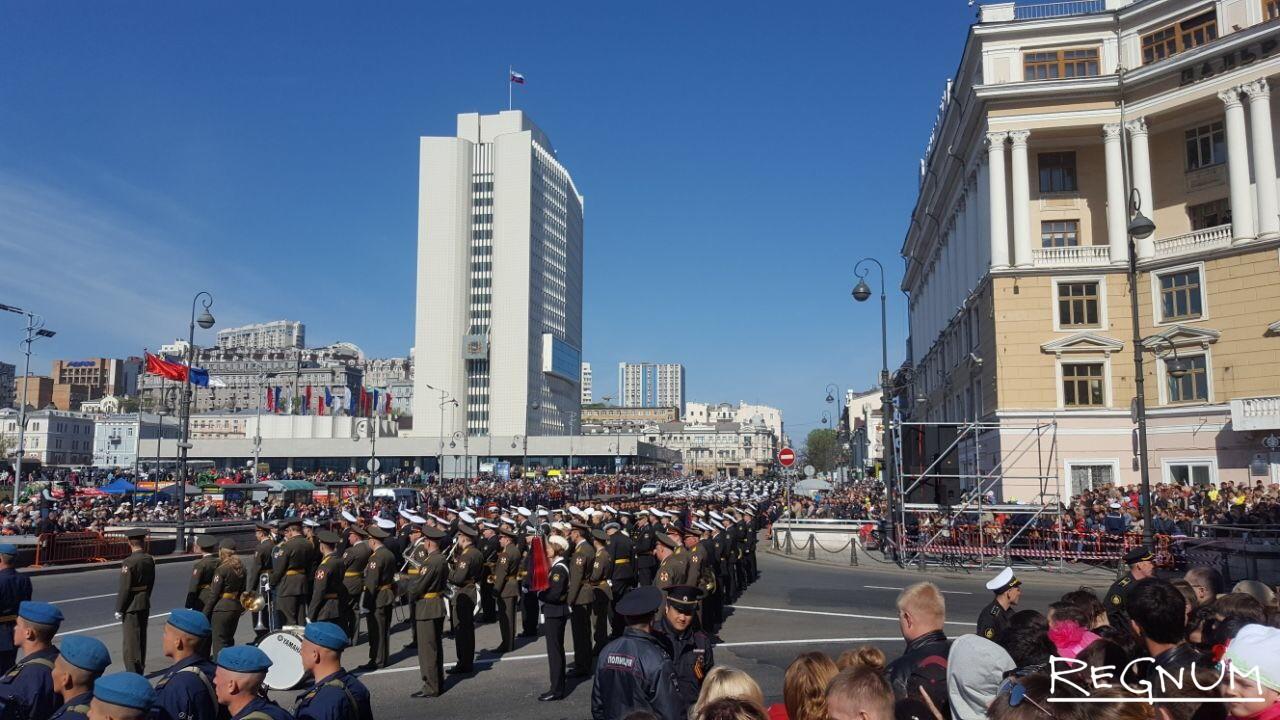 Военный оркестр играл военные марши в честь Дня Победы
