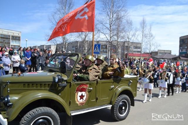Колонну «Бессмертного полка» в Ванино возглавил ретро-автомобиль с копией знамени Победы