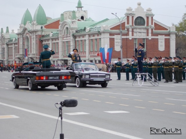 Военный парад принимает командующий 41-ой общевойсковой армии Центрального военного округа генерал-лейтенант Алексей Завизьон