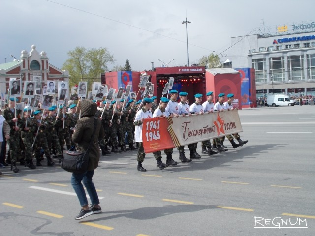 После этого на главную площадь города вступили участники «Бессмертного полка»