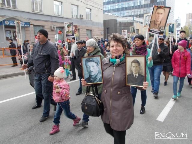 Елена Шмырева в рядах Бессмертного полка с фотографиями двух своих дедушек