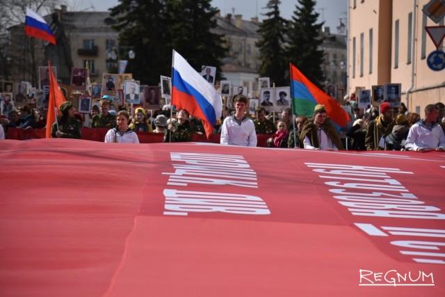 Флаг 150 стрелковой дивизии ордена Кутузова во главе Бессмертного полка