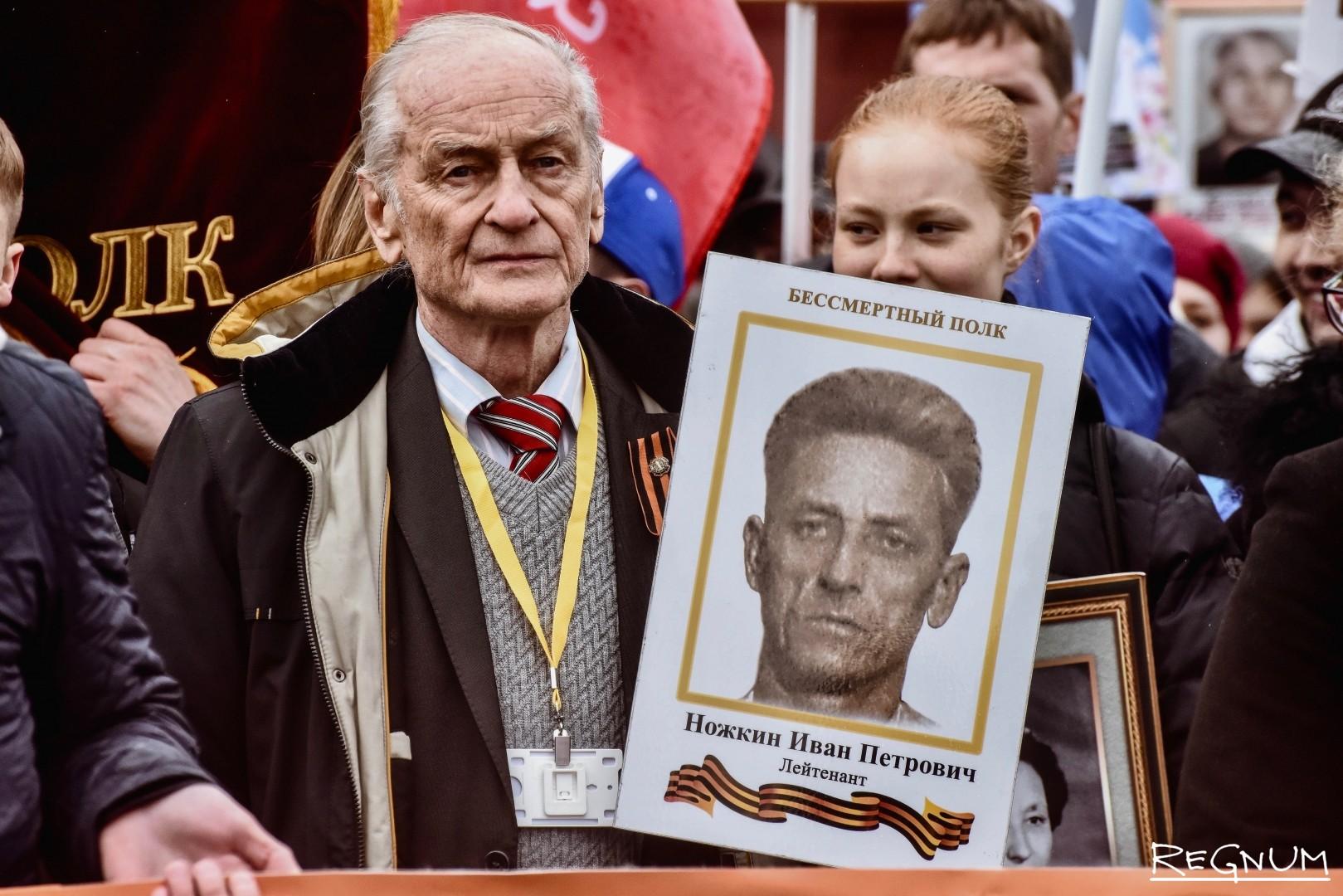 Михаил Ножкин с портретом отца