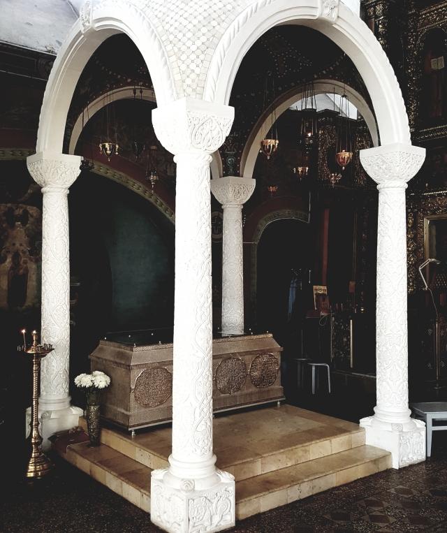 Сень и рака в соборе, в ожидании мощей святого Прокопия покоящихся под ними в подвале собора
