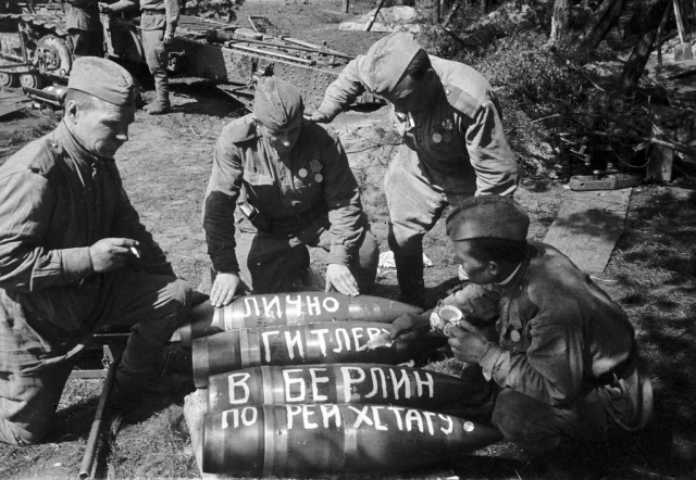 Советская артиллерия бьёт по рейхстагу. 1945