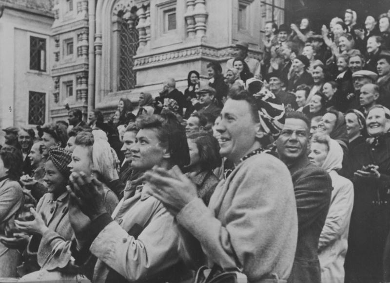Жители Таллина приветствуют входящий в город германский вермахт. 1941