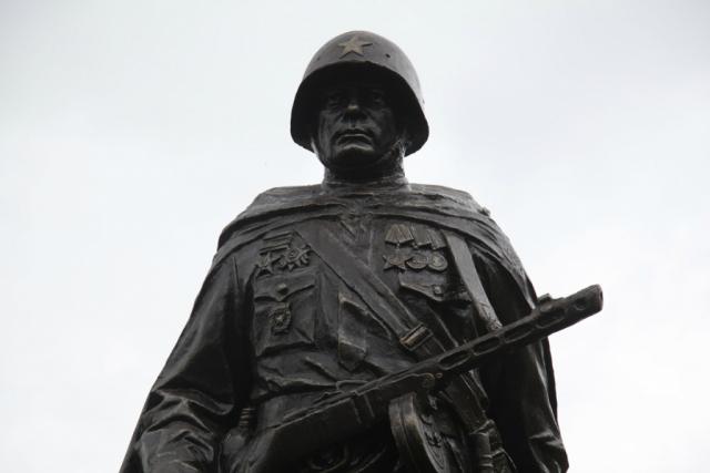 «Позор!»: На памятнике советскому солдату в Ростове-на-Дону сделана ошибка