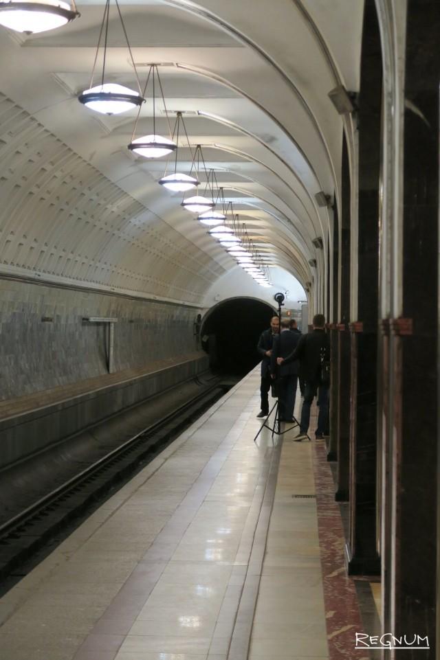 Стены отделаны красным мрамором «шроша». Станция метро «Маяковская»