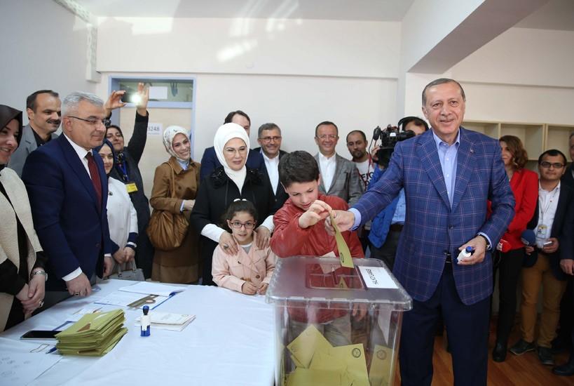 Реджеп Тайип Эрдоган голосует на референдуме. 16 апреля 2017