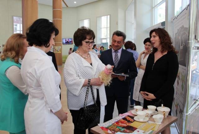 Председатель Союза женщин России Екатерина Лахова и сотрудники алтайского перинатального центра ДАР