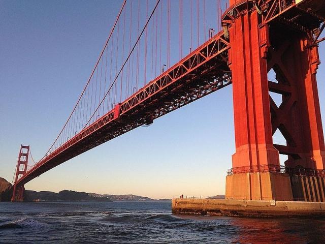 Вид на мост из лодки