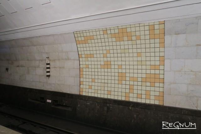 Путевые стены были облицованы глазурованной плиткой, фрагмент которой сохранился. Станция метро «Охотный ряд»