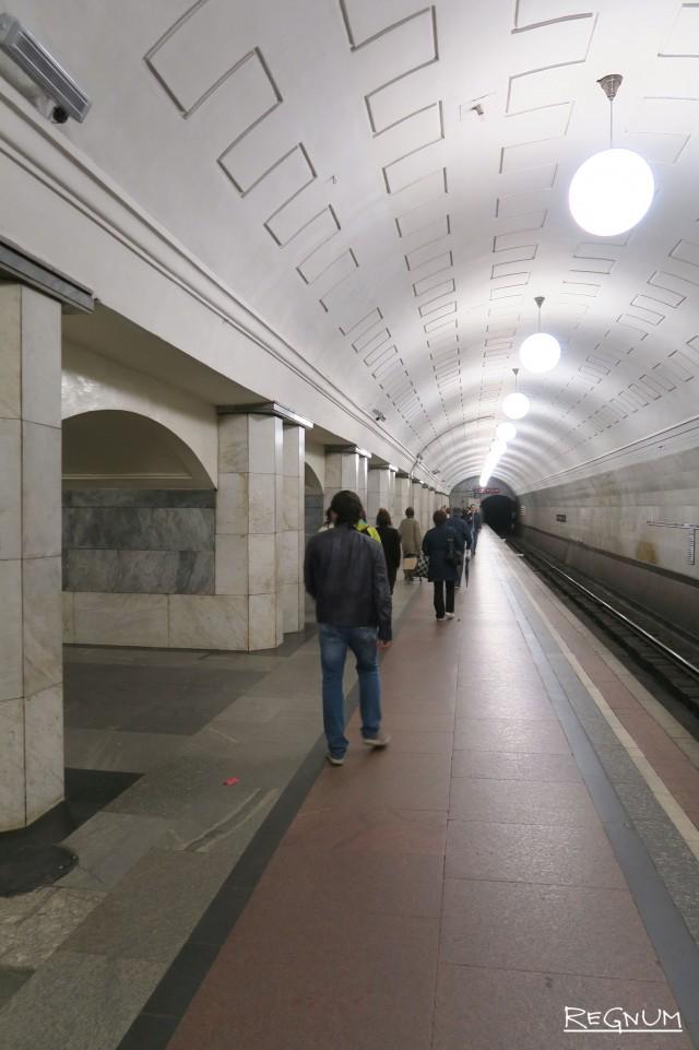 Путевые стены покрыты белым и черным мрамором. Станция метро «Охотный ряд»