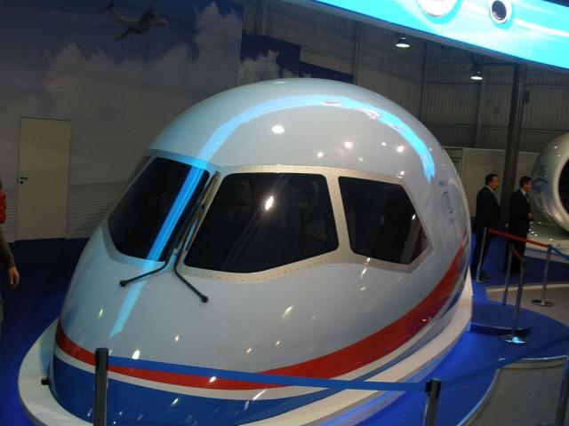 Полноразмерный макет кабины пассажирского самолёта МС-21 в павильоне Объединённой авиастроительной корпорации на авиасалоне МАКС-2011