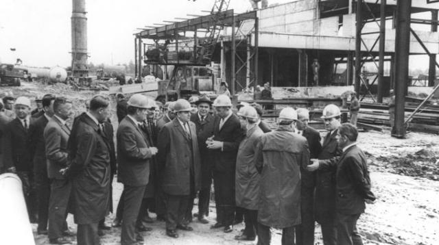 Руководители БССР во главе с первым секретарем ЦК КПБ К. Т. Мазуровым на строительной площадке Новополоцкого НПЗ. 1961