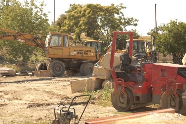 Между тем, работы по реконструкции парка им. Анны Ахматовой продолжаются