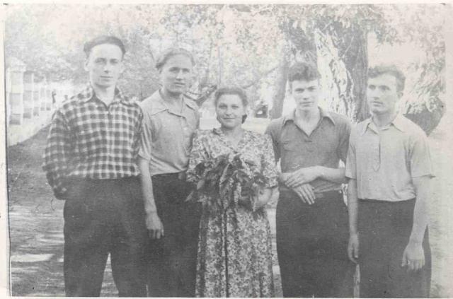 Виктор Пацаев (крайний слева) с друзьями и Майей Крюковой. Нестеров. Весна 1954 года