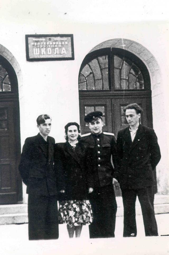 Виктор Пацаев (справа) у дверей Нестеровской школы. 1950-е годы