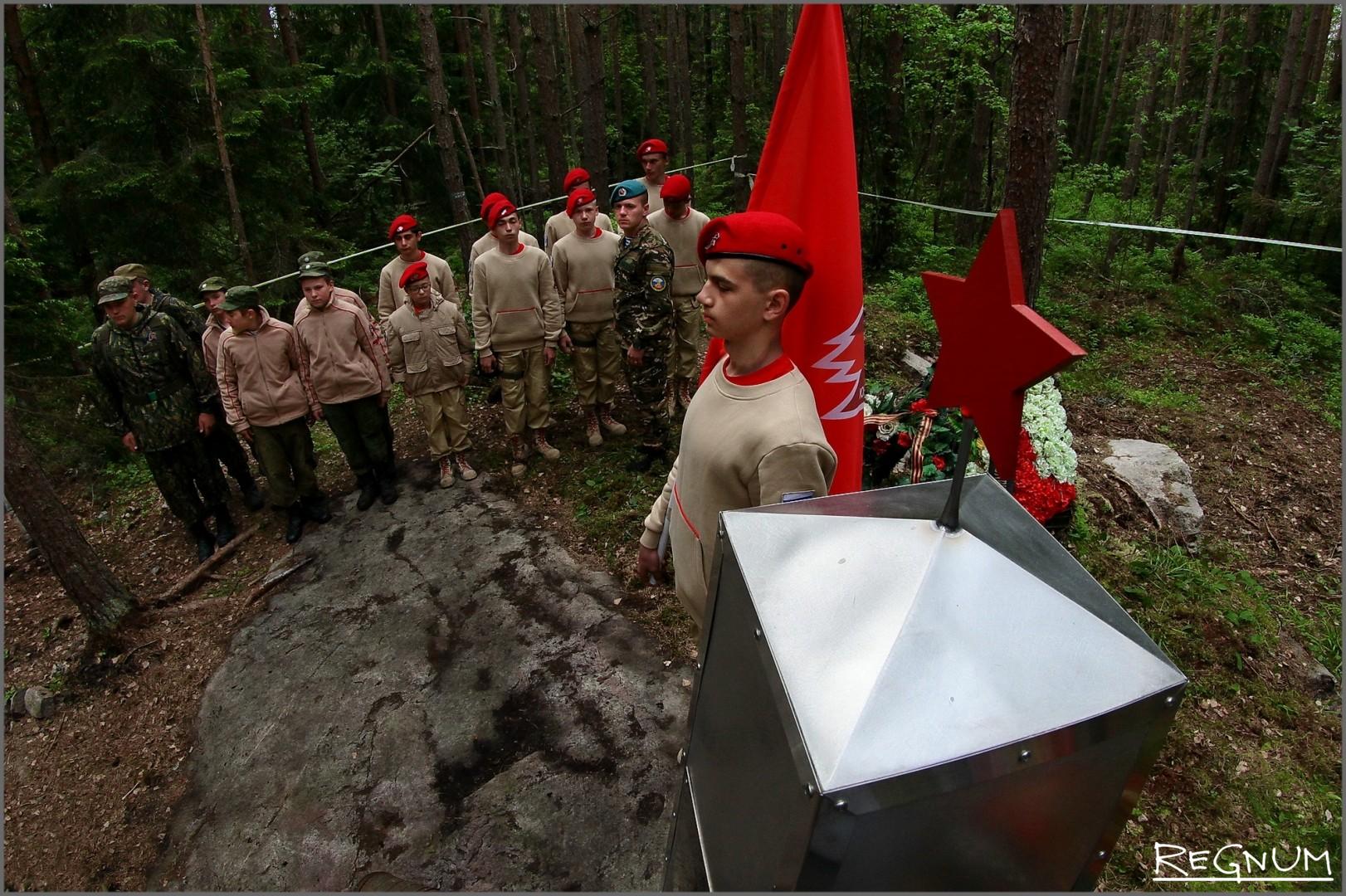 Юнармейцы у памятного знака на месте гибели Пе-2