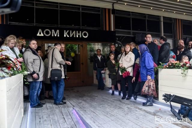 Москва простилась с народным артистом Алексеем Баталовым: фоторепортаж