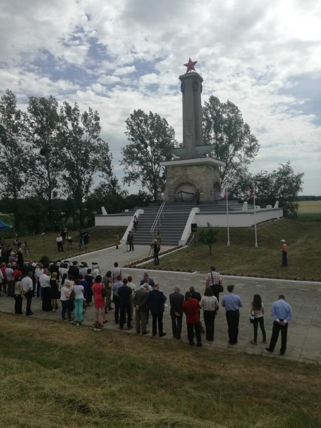 Церемония открытия возрожденного памятника в Миколине