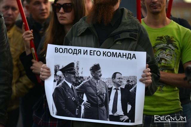Плакаты в руках участников митинга на площади Ленина в Петербурге с требованием убрать доску Маннергейму